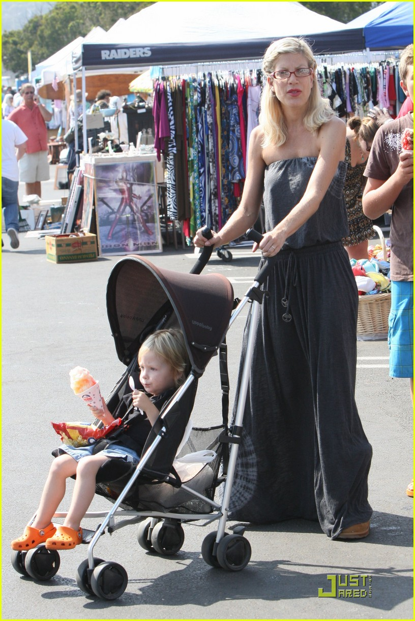 tori spelling frequents the flea market 192248672