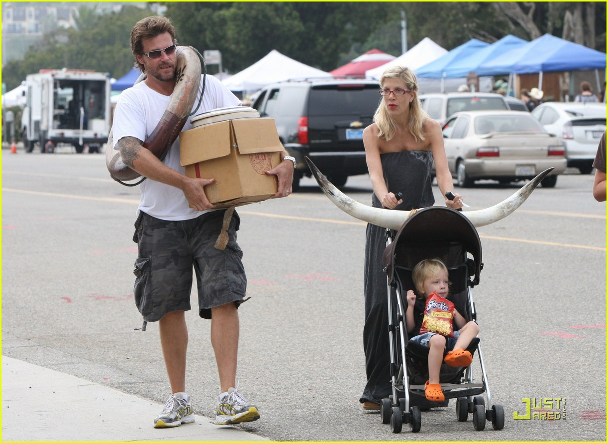 tori spelling frequents the flea market 252248732