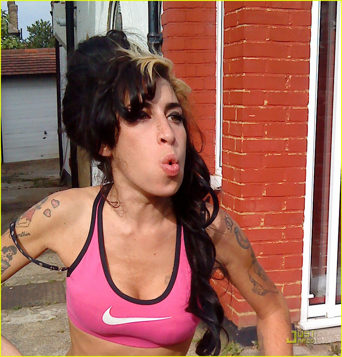 amy winehouse whines bully 01