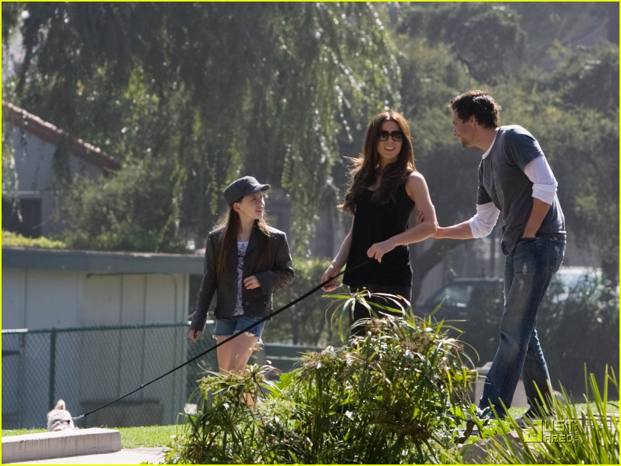kate beckinsale and her family walk the dog 012312971
