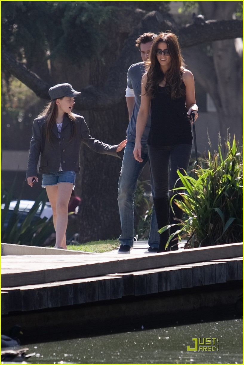 kate beckinsale and her family walk the dog 02