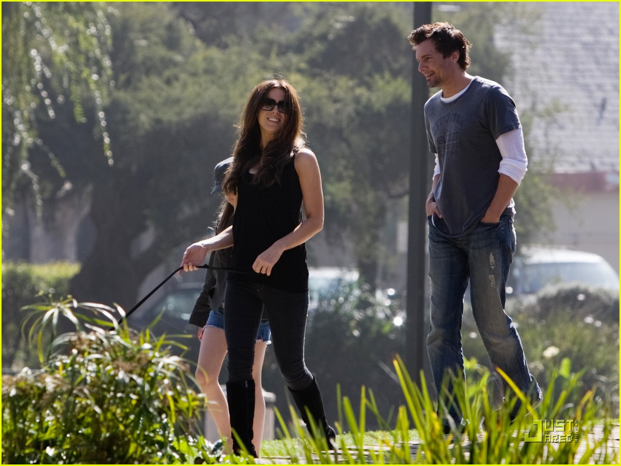 kate beckinsale and her family walk the dog 032312991
