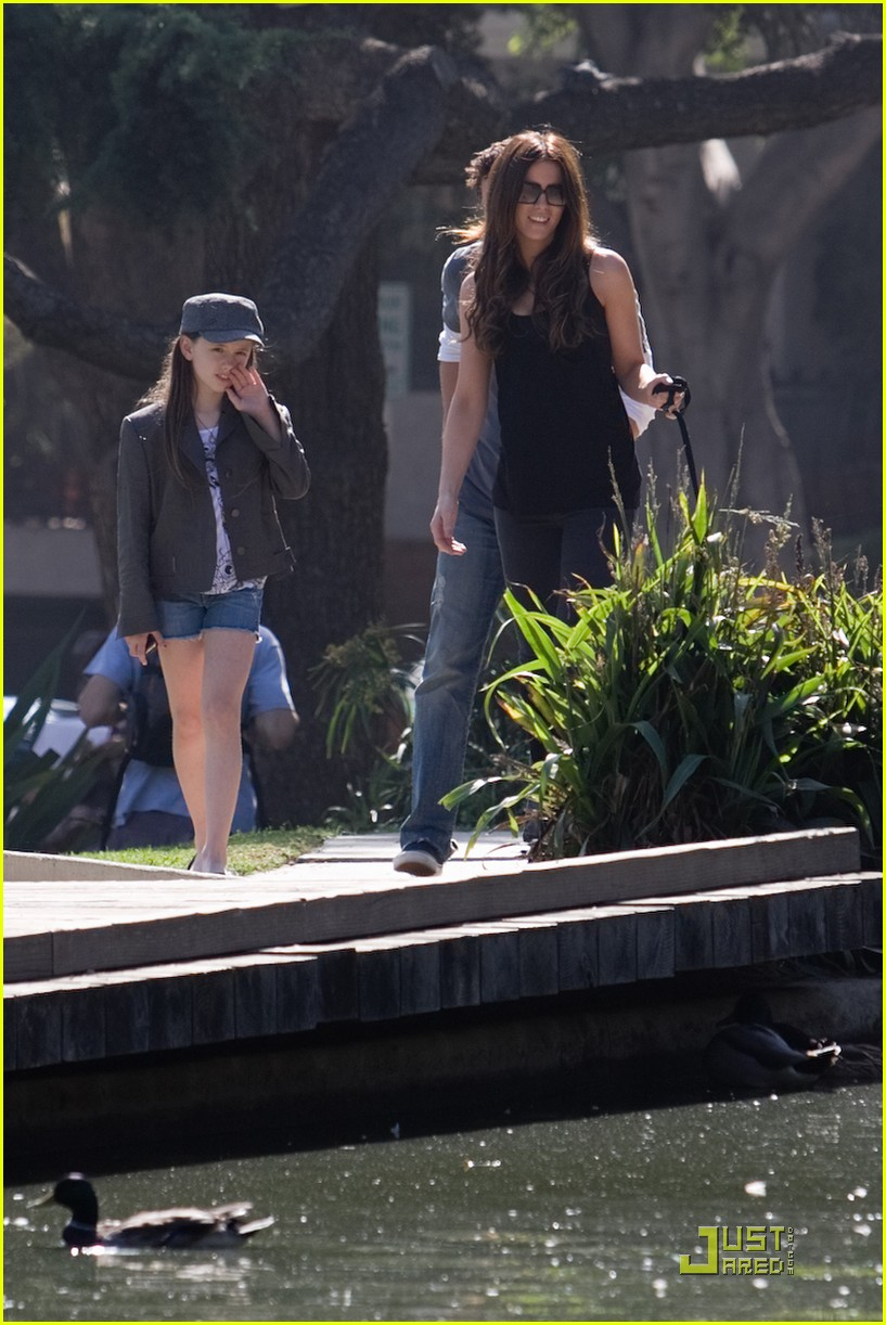 kate beckinsale and her family walk the dog 072313031