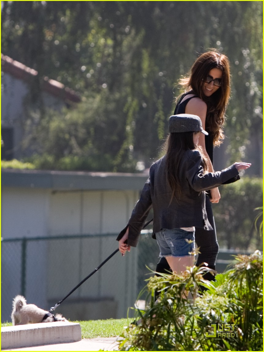 kate beckinsale and her family walk the dog 14