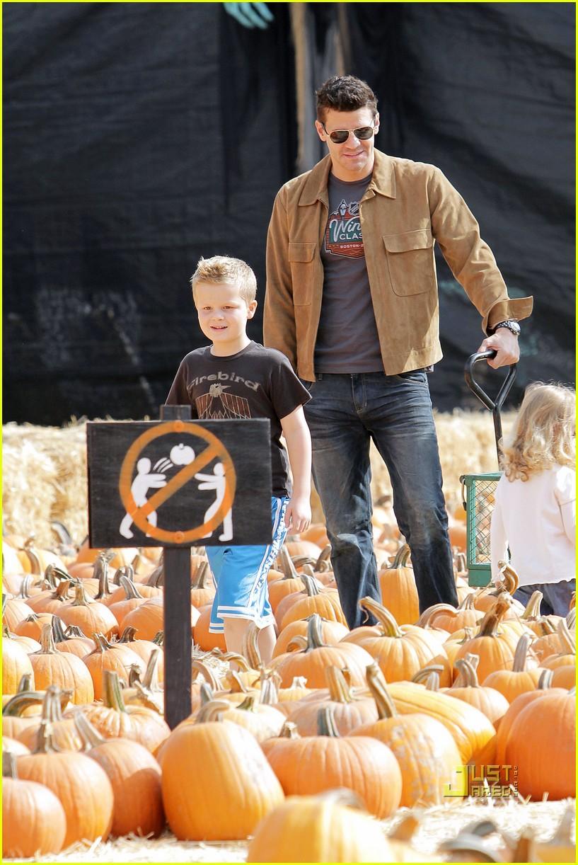david boreanaz pumpkin picking 01