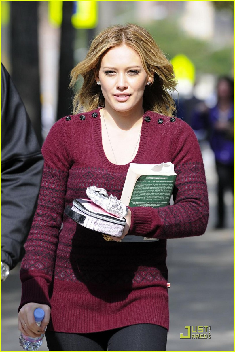 hilary duff is reading salem falls 032285881