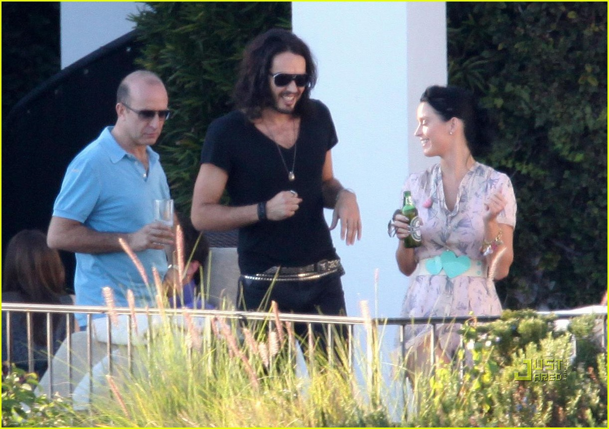 katy perry russell brand kissing 092293941