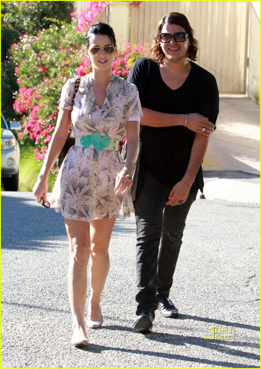 katy perry russell brand kissing 102293951