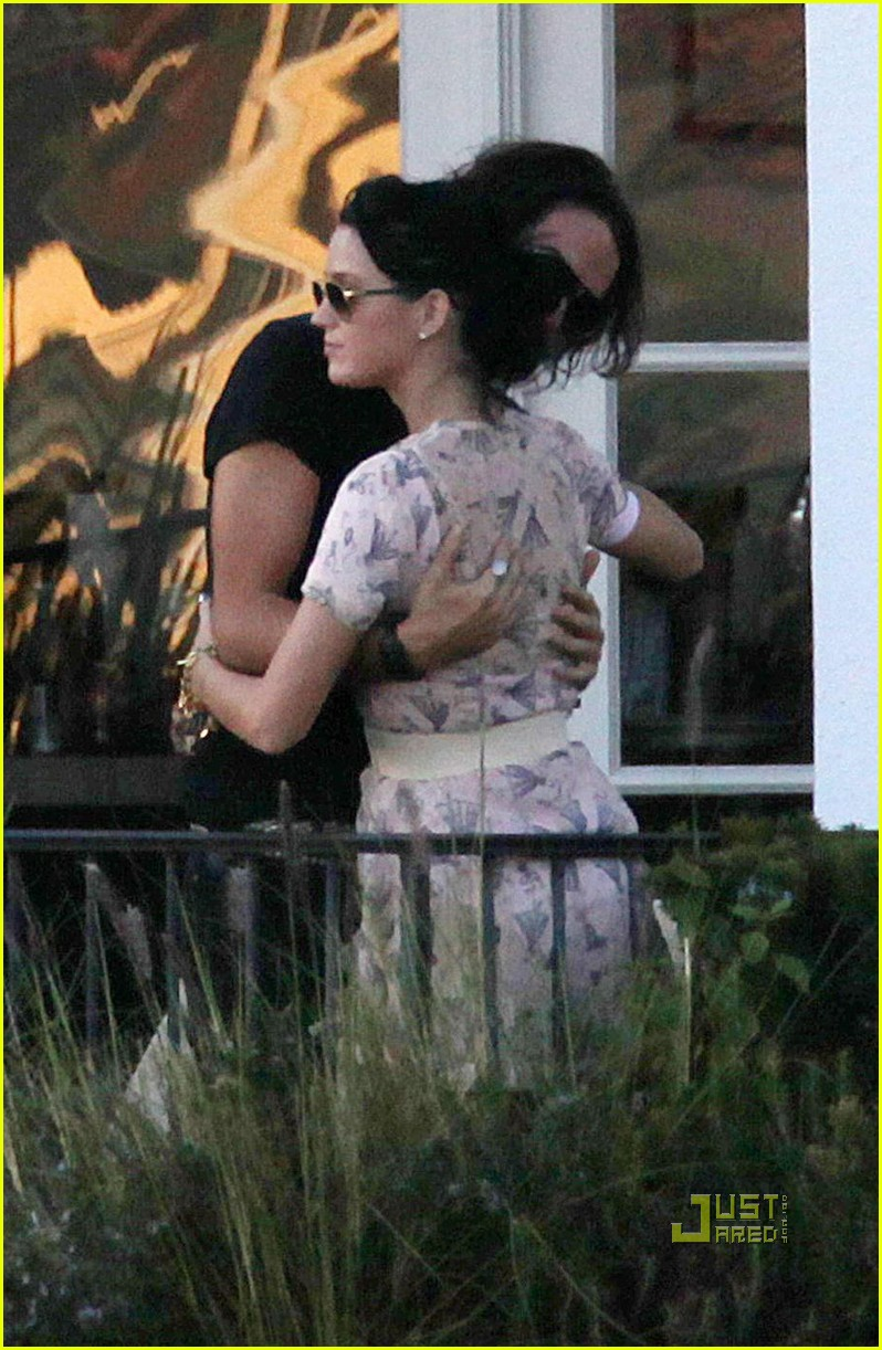 katy perry russell brand kissing 182294031
