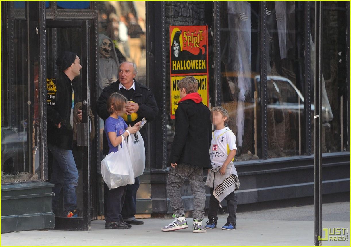 jude law kids halloween shopping 082298781