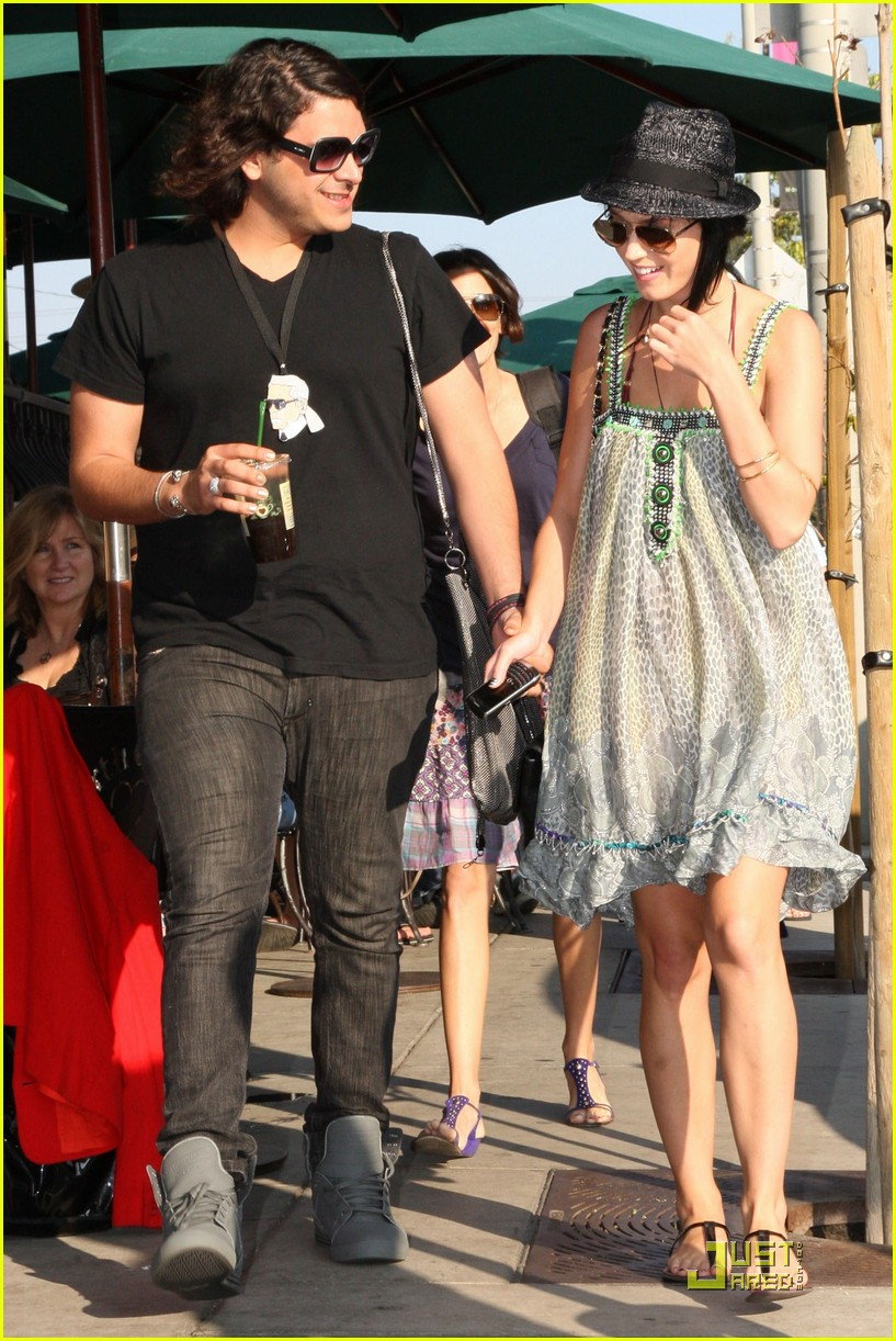 katy perry hangs with russell brands brother 112296171