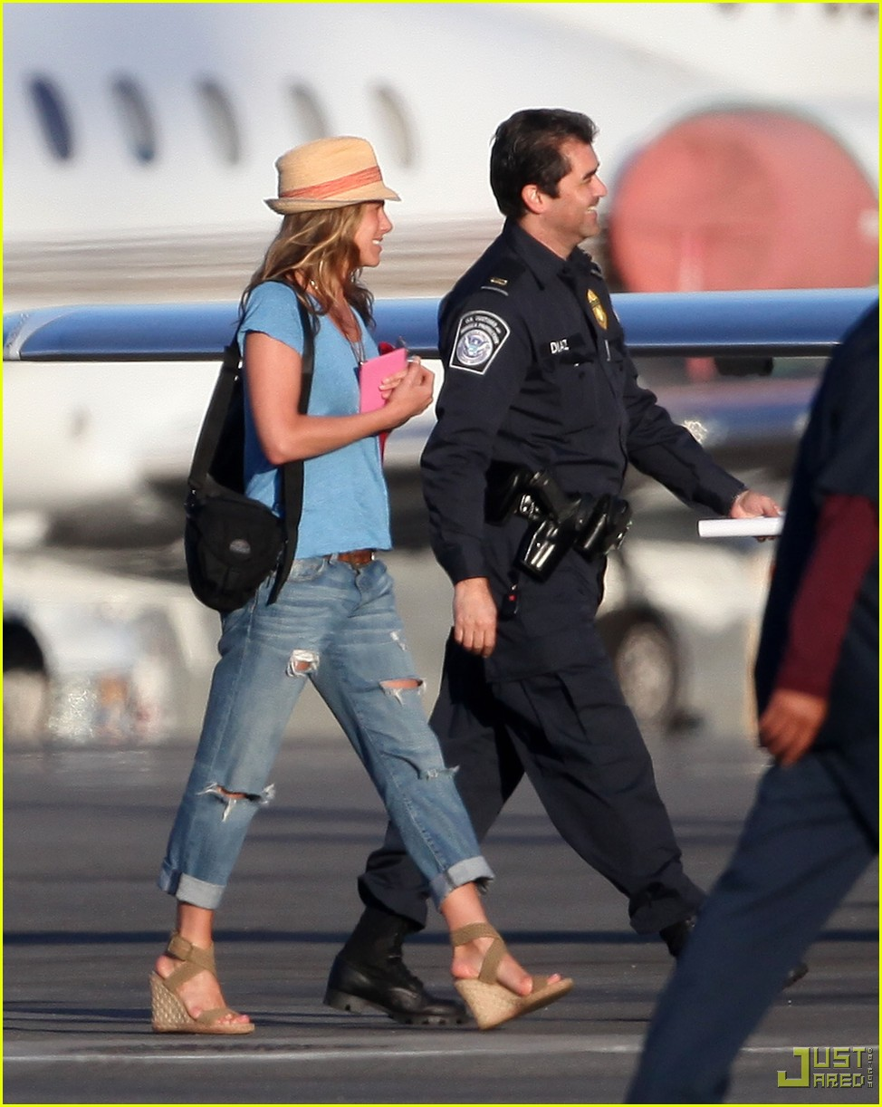 jennifer aniston home from cabo 08