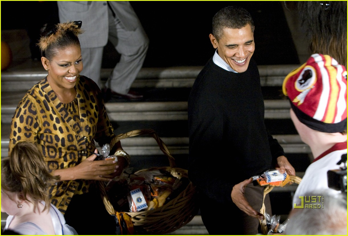 michelle obama trick of treating white house 112326221