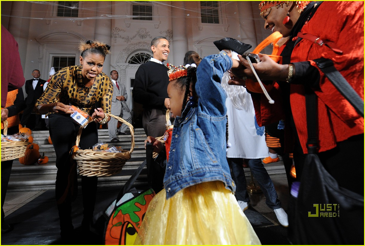 michelle obama trick of treating white house 25