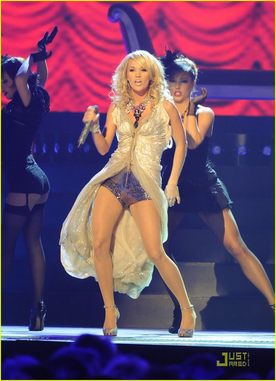 carrie underwood hosts the 2009 cmas 042351792