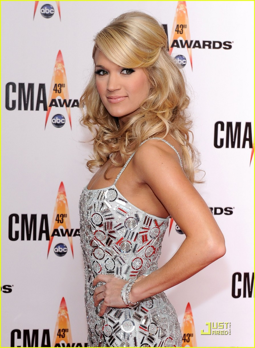 carrie underwood hosts the 2009 cmas 072351822