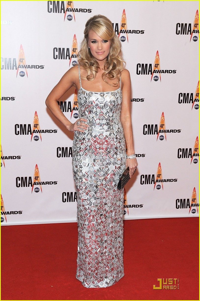 carrie underwood hosts the 2009 cmas 082351832