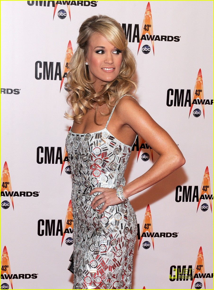 carrie underwood hosts the 2009 cmas 102351852