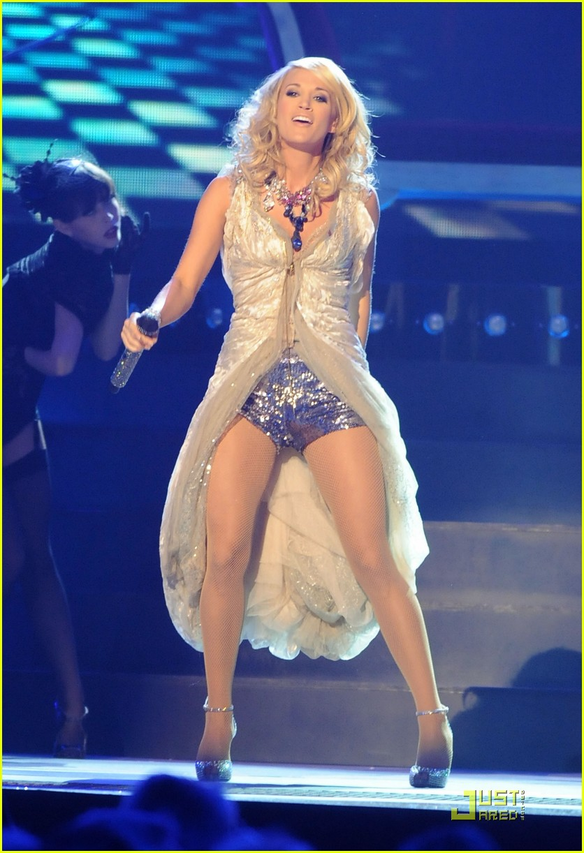 carrie underwood hosts the 2009 cmas 142351892