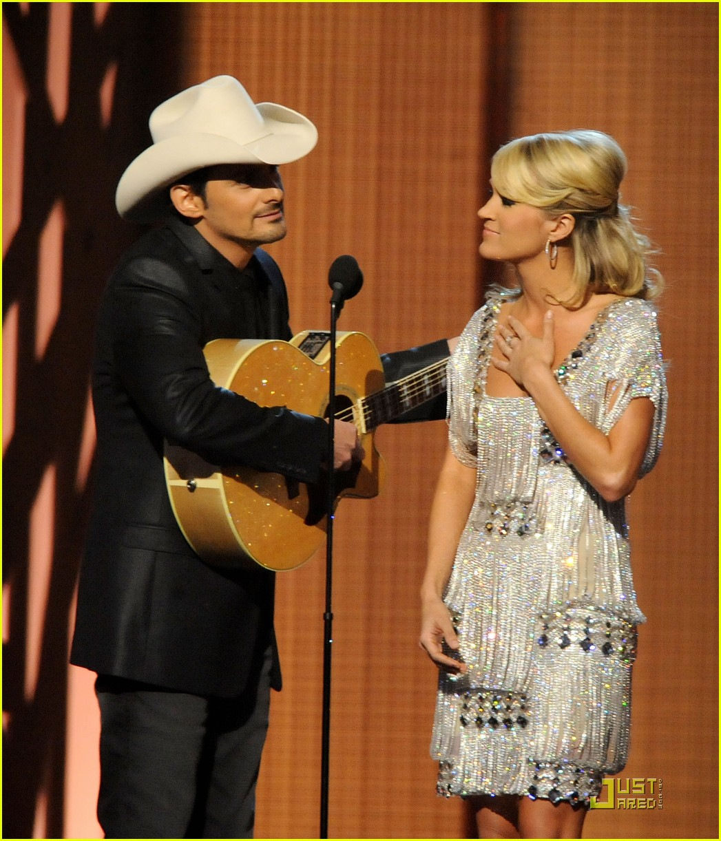 carrie underwood hosts the 2009 cmas 20