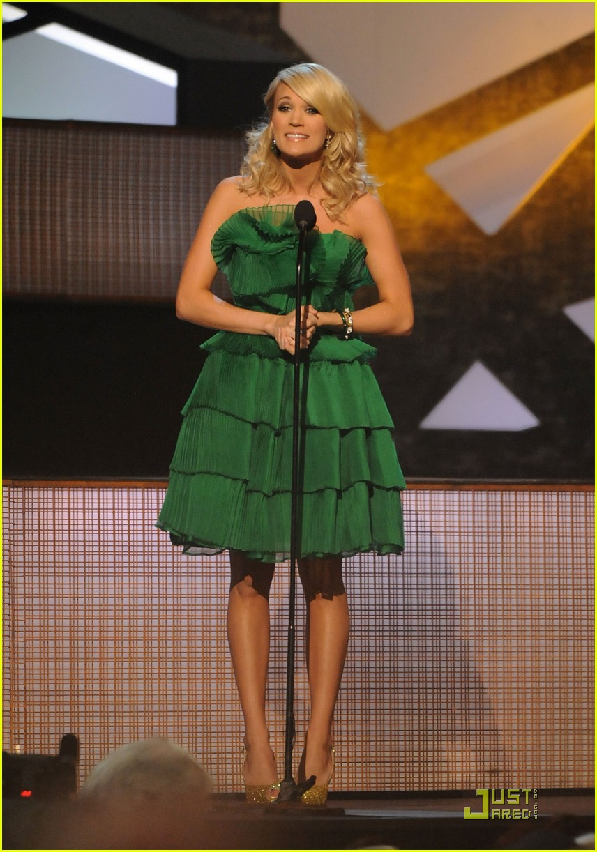 carrie underwood hosts the 2009 cmas 252352002