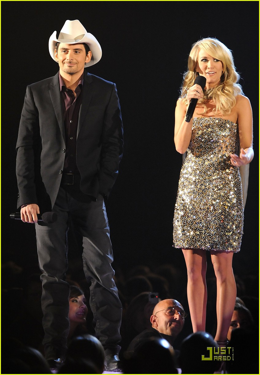 carrie underwood hosts the 2009 cmas 302352052