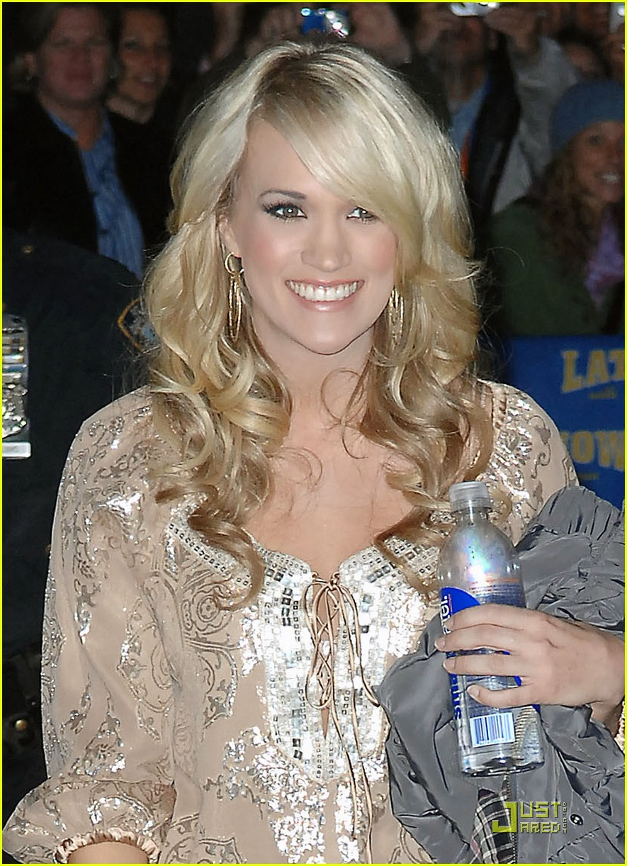 carrie underwood visits the late show 102329572