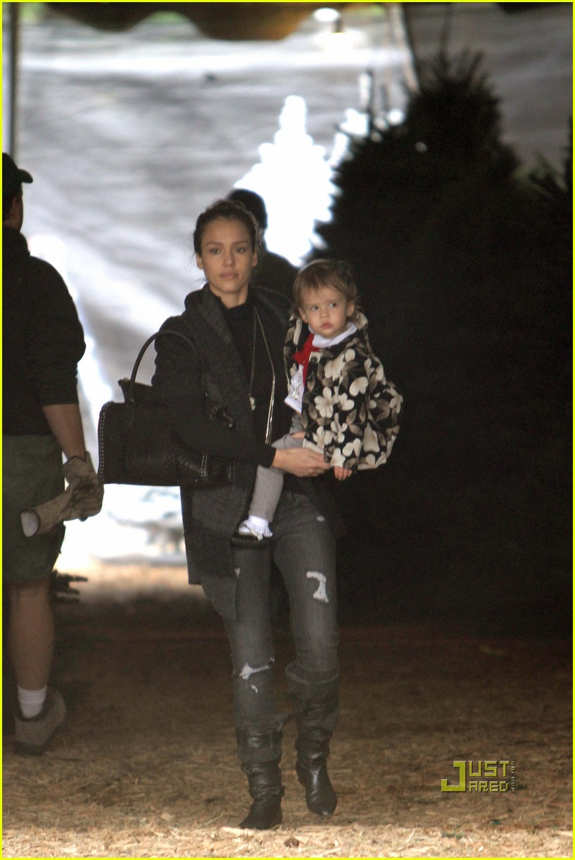 jessica alba christmas tree shopping 212400055