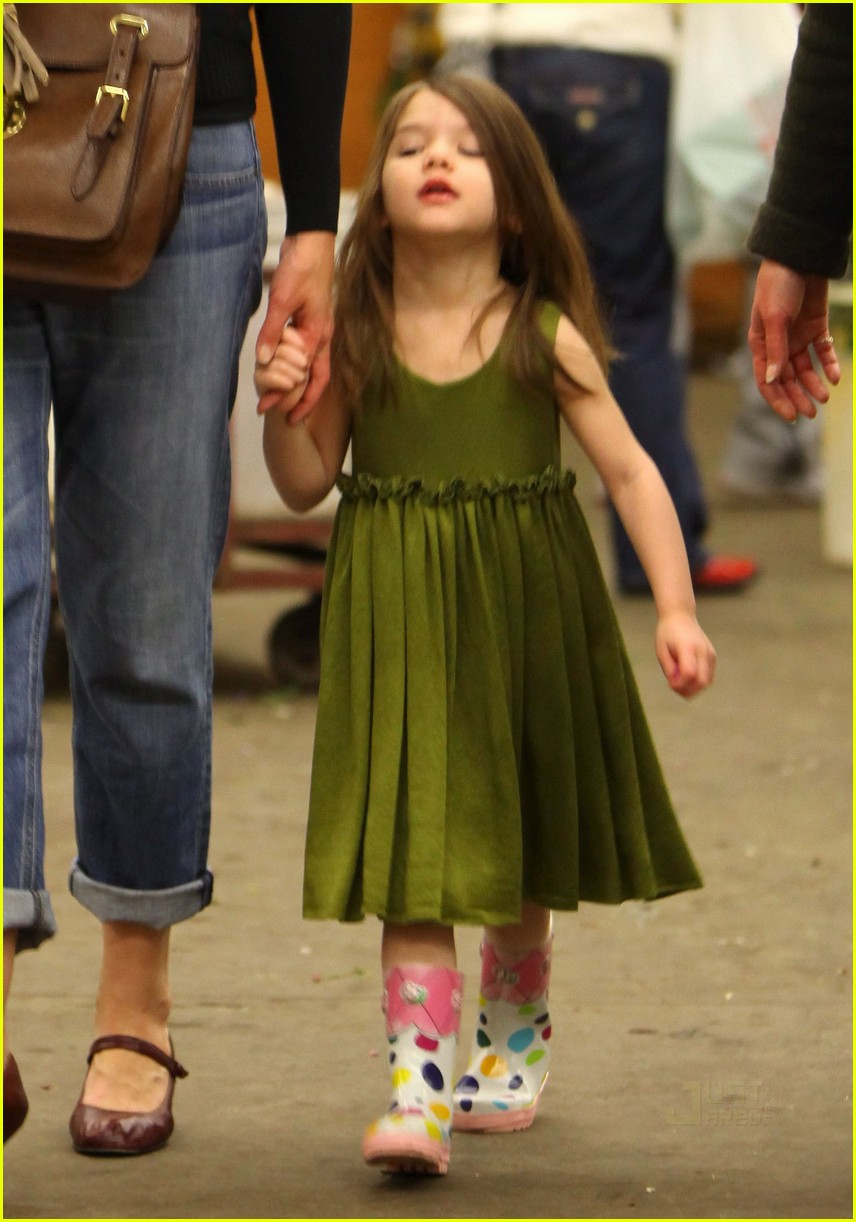 katie holmes christmas eve flowers suri cruise 022403990