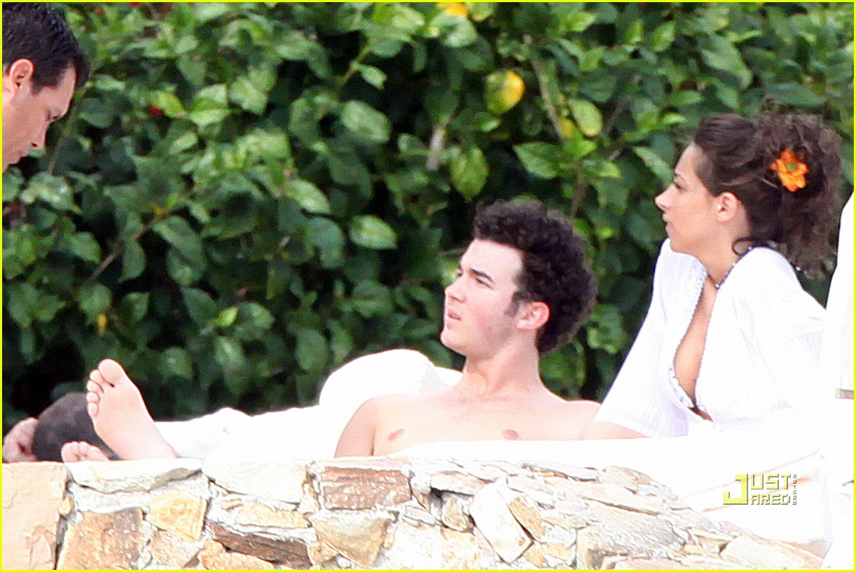 kevin jonas honeymoon mexico 06
