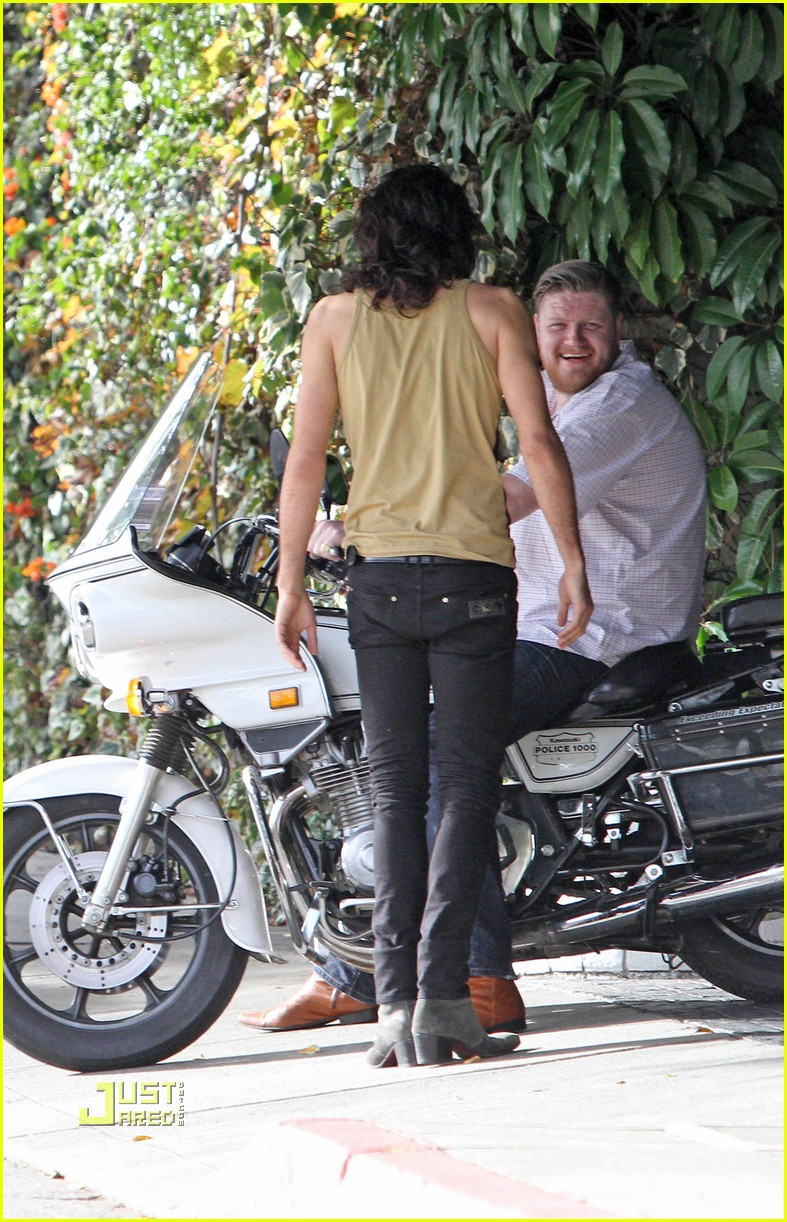 katy perry russell brand kissing 052402475