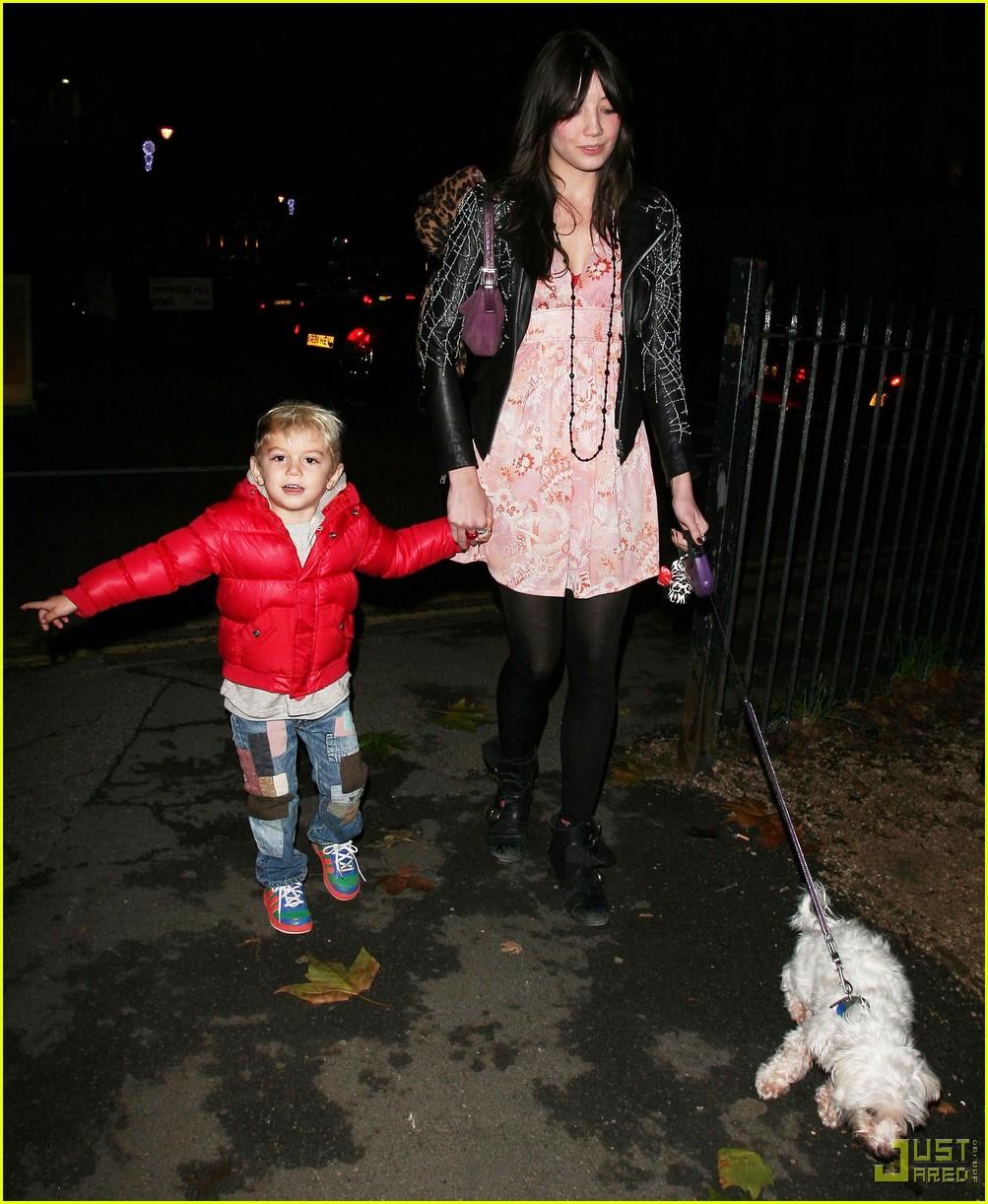 kingston rossdale daisy lowe walk dog 012401325