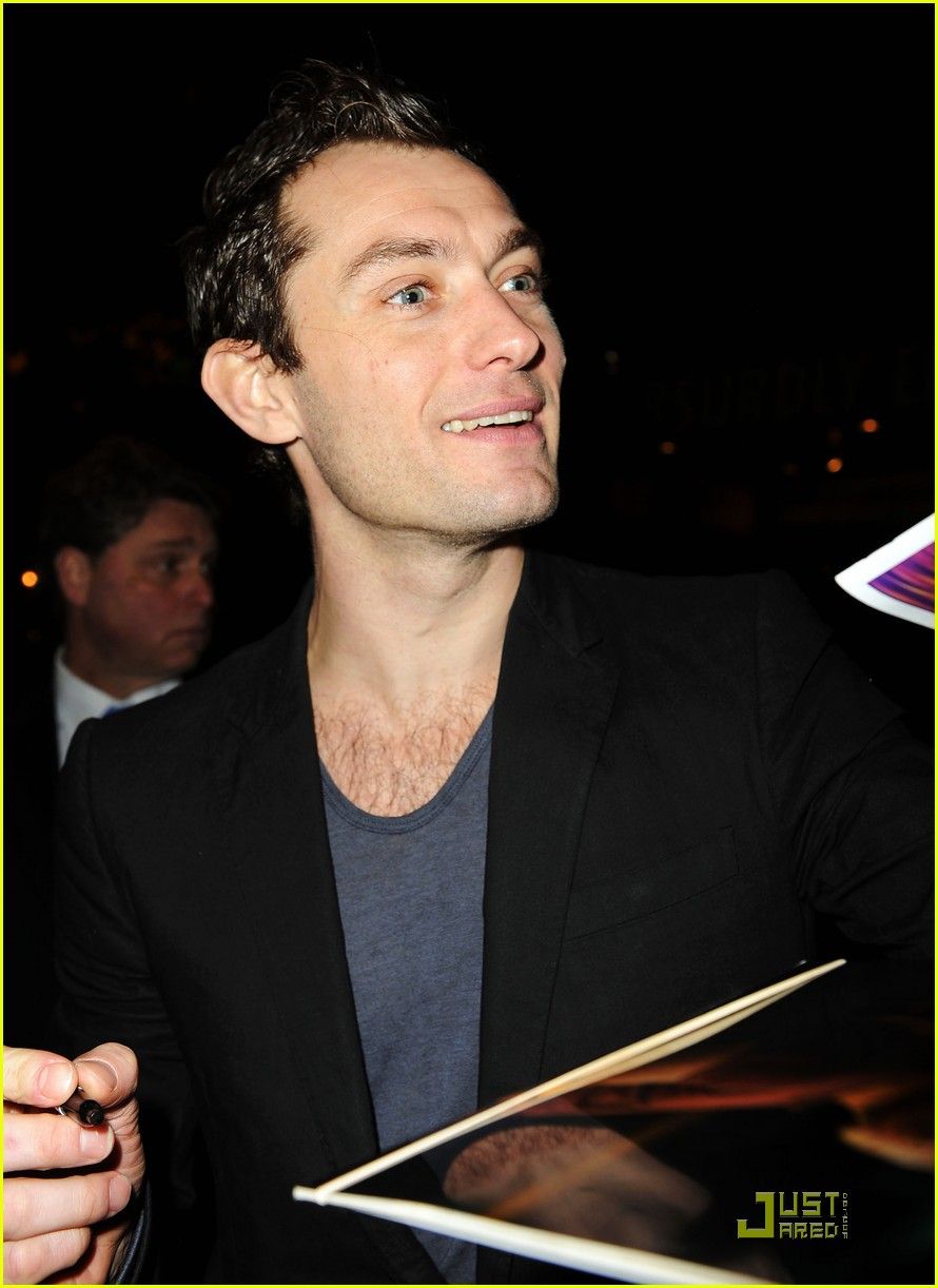 jude law walks around the west village 212400274