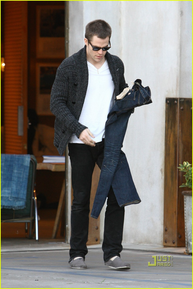 chris pine crotch grab 11