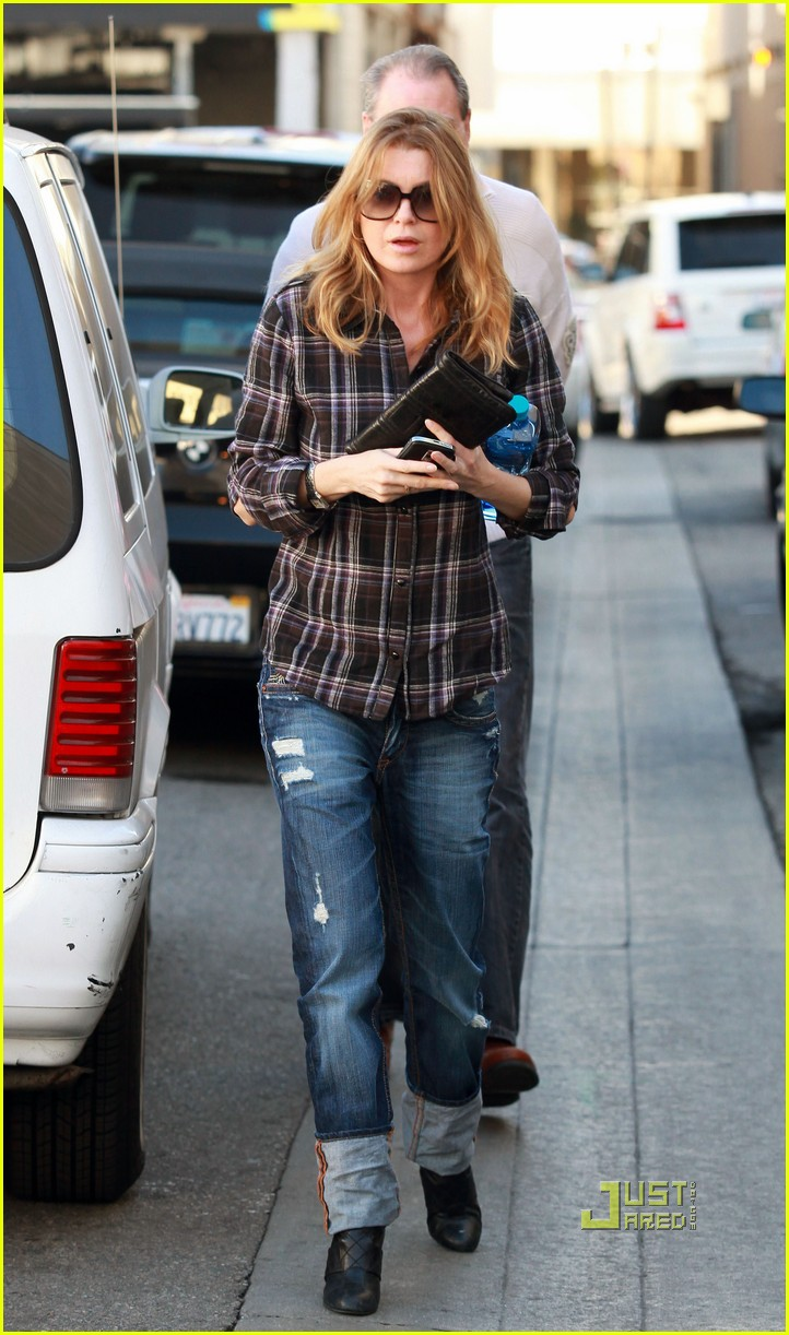ellen pompeo airs out elbows 012403732