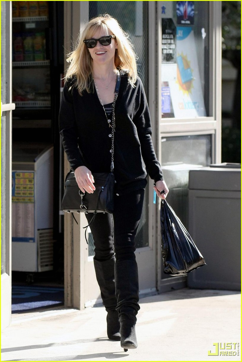 reese witherspoon convenience store 08