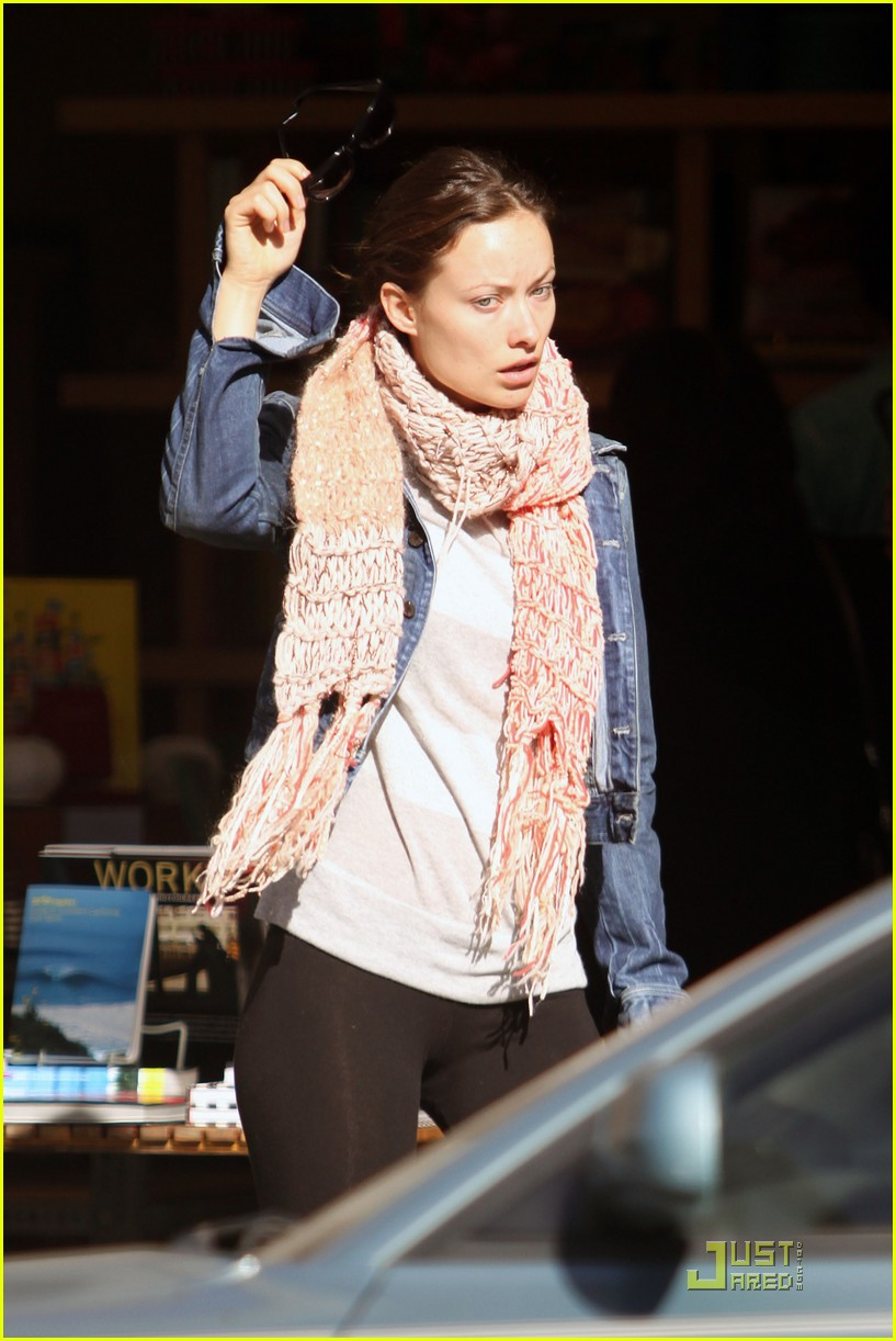 olivia wilde very merry christmas shopping 06