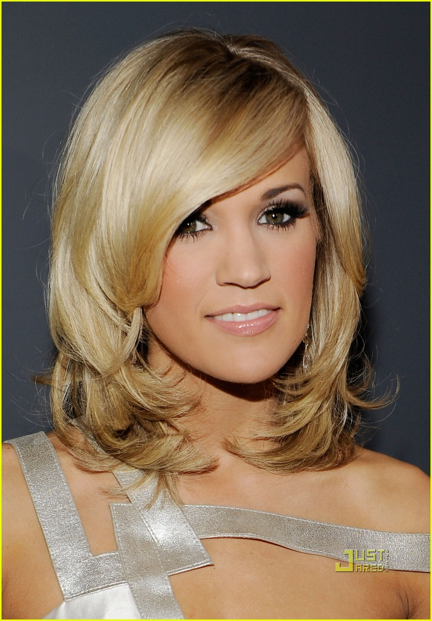 carrie underwood 2010 grammy awards red carpet 02