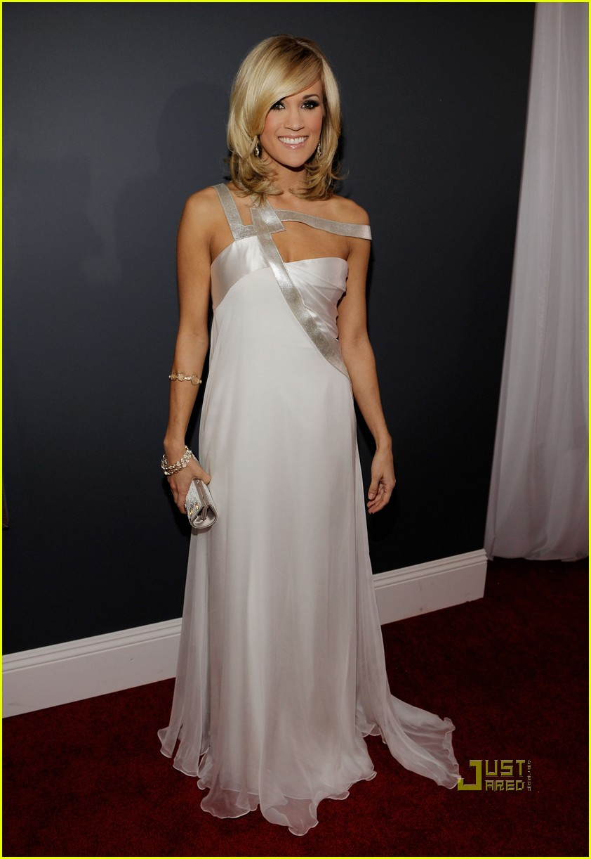 carrie underwood 2010 grammy awards red carpet 032413123