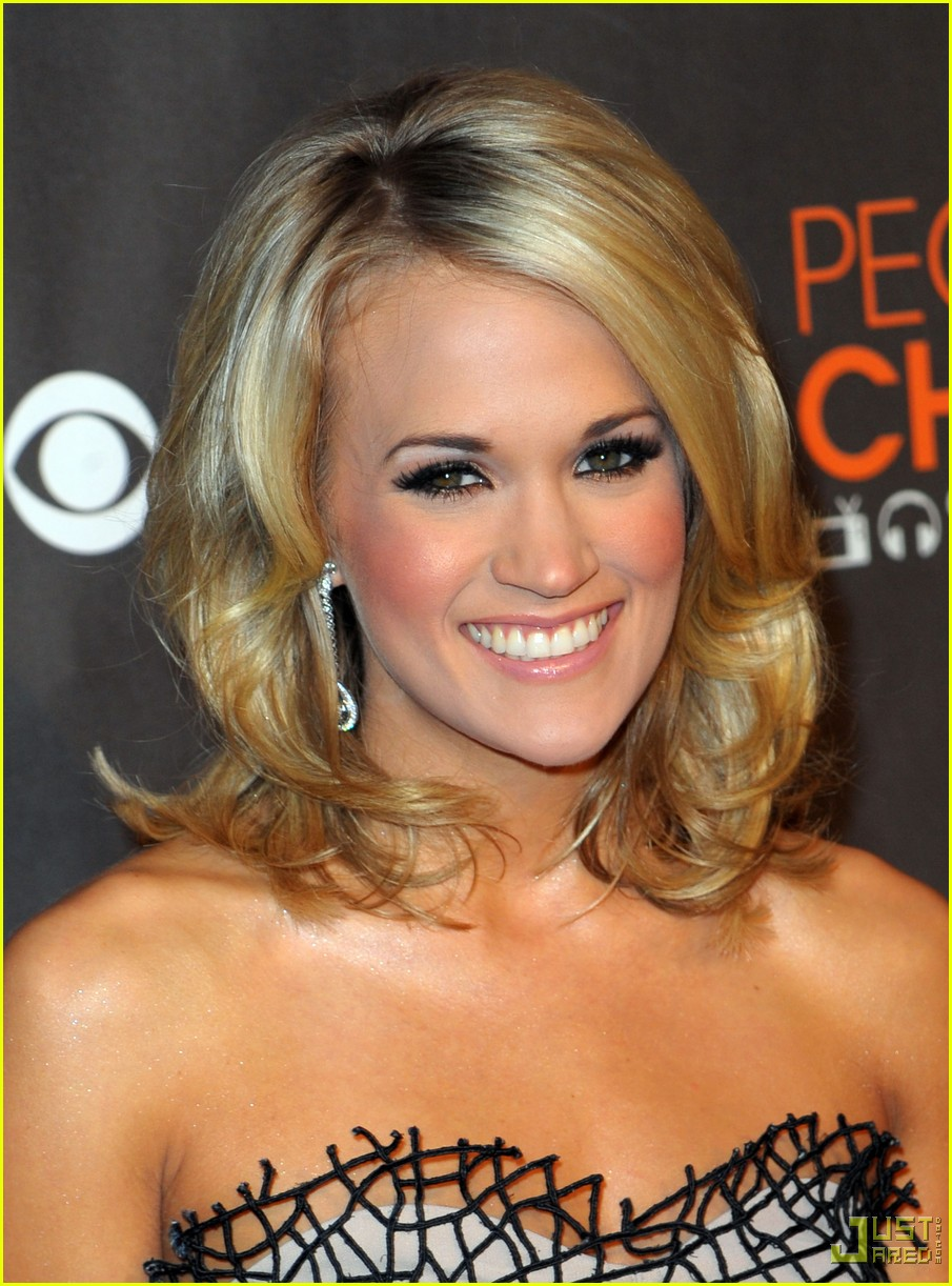 carrie underwood 2010 peoples choice awards red carpet 02