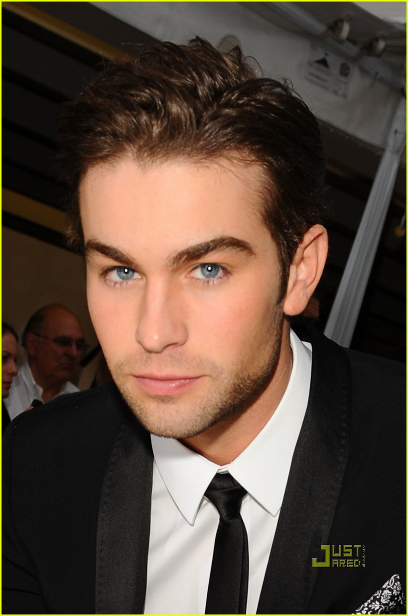 chace crawford 2010 golden globes red carpet 02