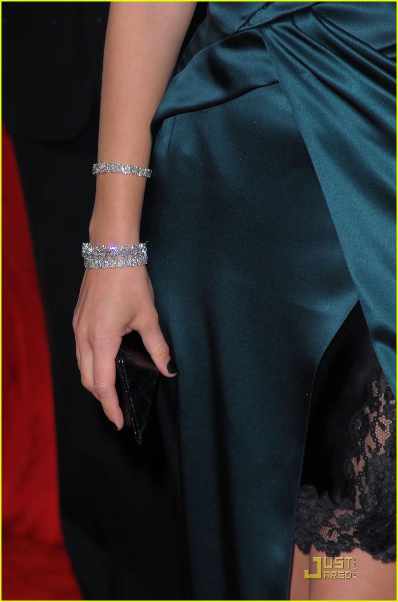 marion cotillard 2010 golden globe awards red carpet 112409228