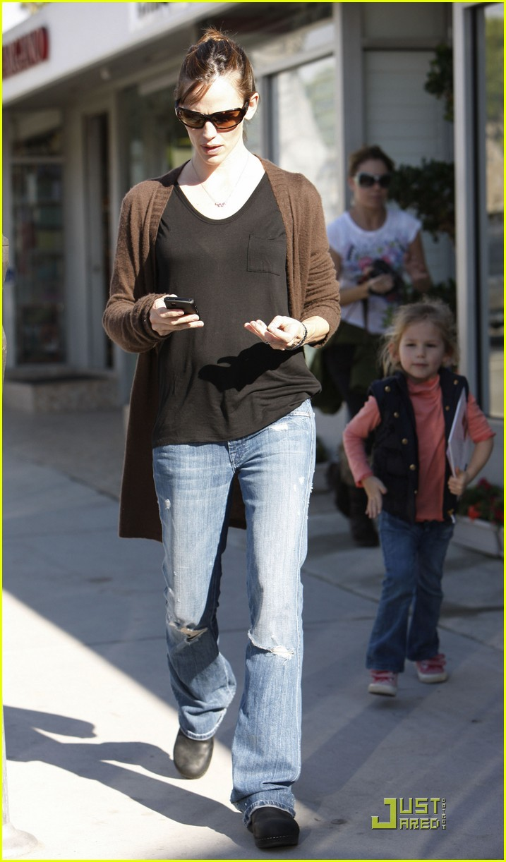 jennifer garner violet affleck hold hands 02