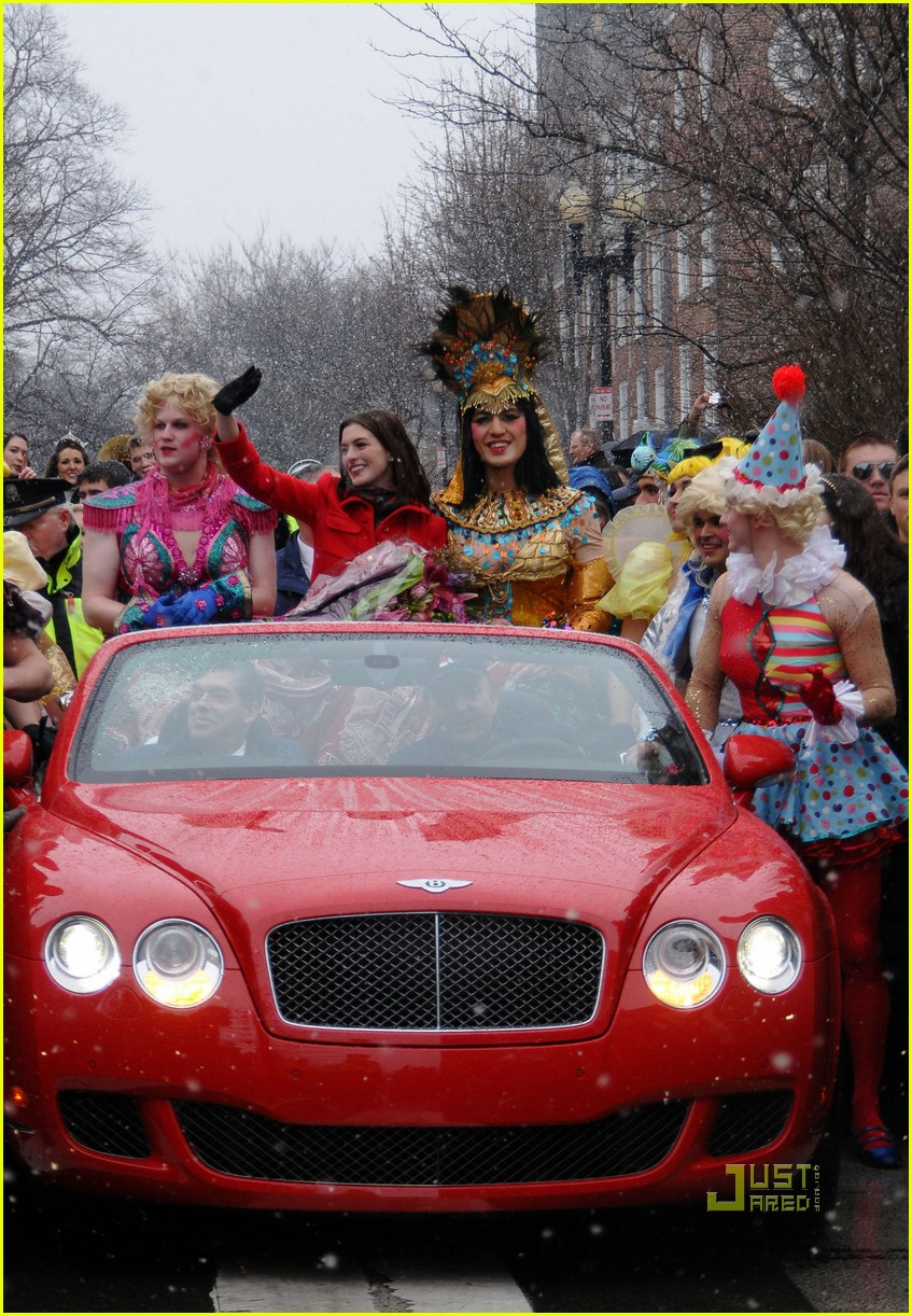 anne hathaway hasty pudding parade 03