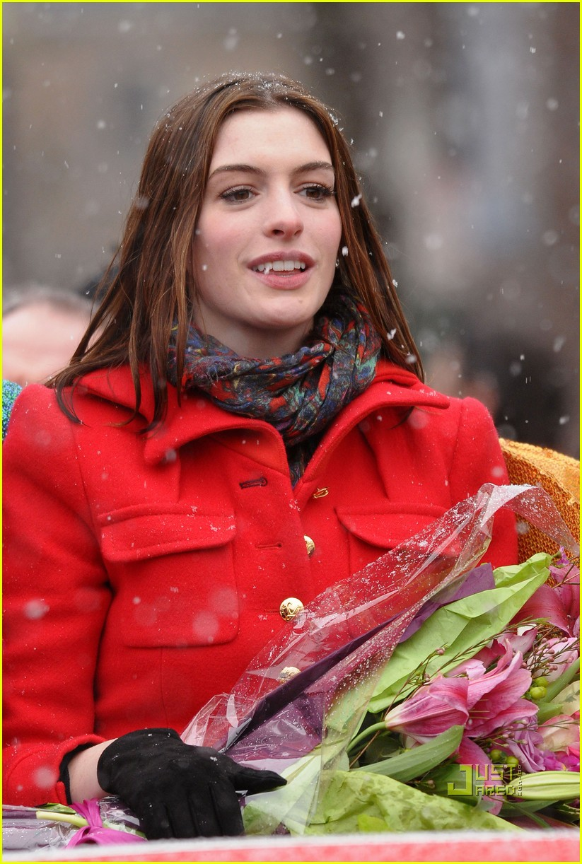 anne hathaway hasty pudding parade 04