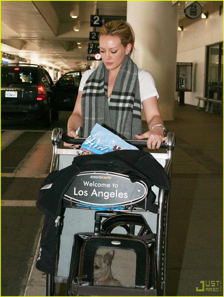 hilary duff lax airport ralphs 01