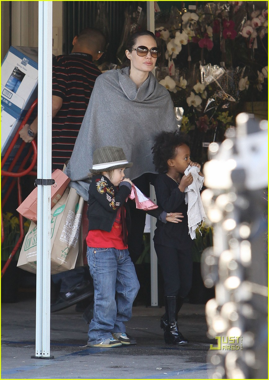 angelina jolie whole foods grocery shopping 01
