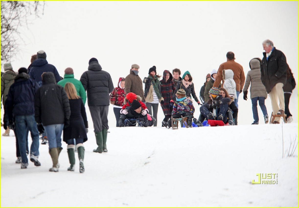 jude law sledding kids 032407229