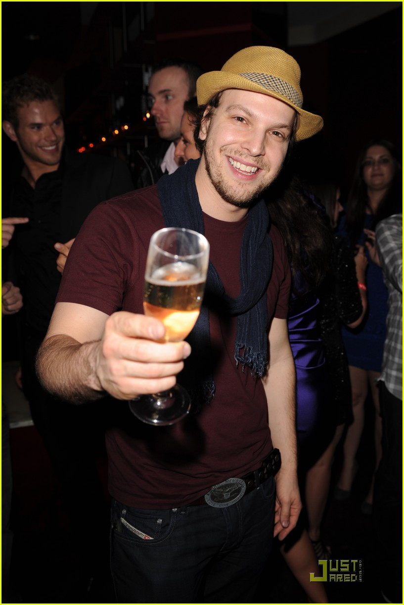 kellan lutz just jared new years party 042405360