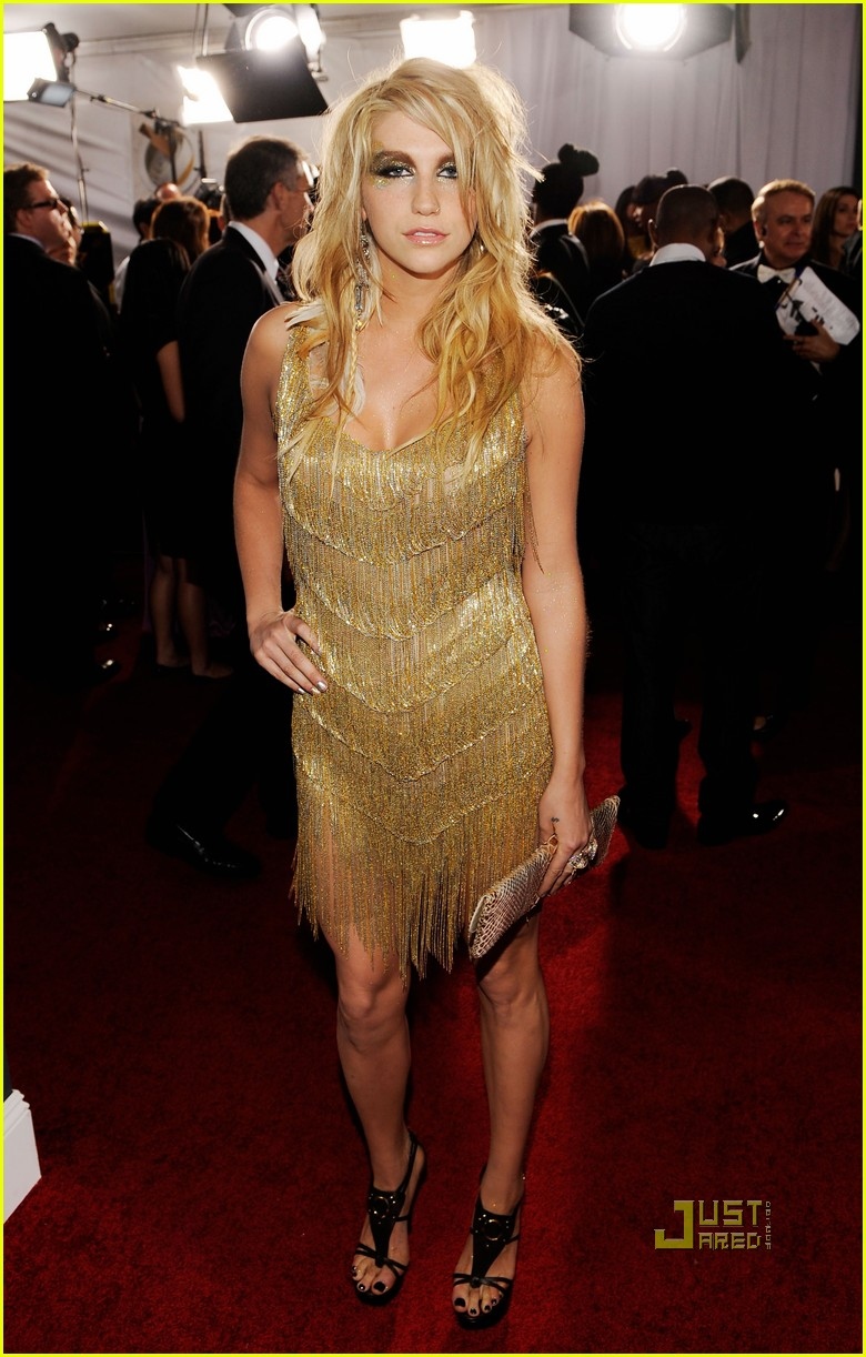 kesha grammys red carpet 2010 01